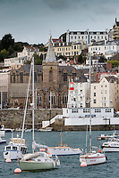 Royaume-Uni, îles Anglo-Normandes, île de Guernesey, Saint Peter Port : le port et l'église de Saint Peter Port // United Kingdom, Channel Islands, Guernsey island, Saint Peter Port, the harbour and town church