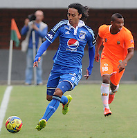 ENVIGADO -COLOMBIA-25-01-2014. Rafael Robayo (Izq) de Millonarios en acción durante partido contra Envigado FC por la fecha 1 de la Liga Postobón I 2014 realizado en el Polideportivo Sur de la ciudad de Envigado./ Rafael Robayo (L) of Millonarios in action during match against Envigado FC for the 1st date of the Postobon League I 2014 at Polideportivo Sur in Envigado city.  Photo: VizzorImage/Luis Ríos/STR