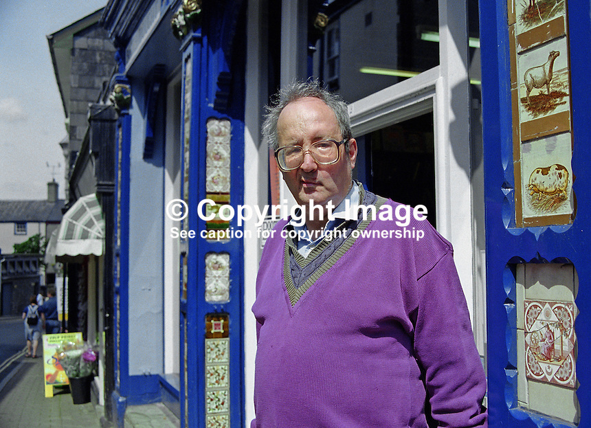 Richard Booth, bookseller, founder, Hay International Book Festival, outside his premises in Hay on Wye, Wales, UK, 200005245.<br />