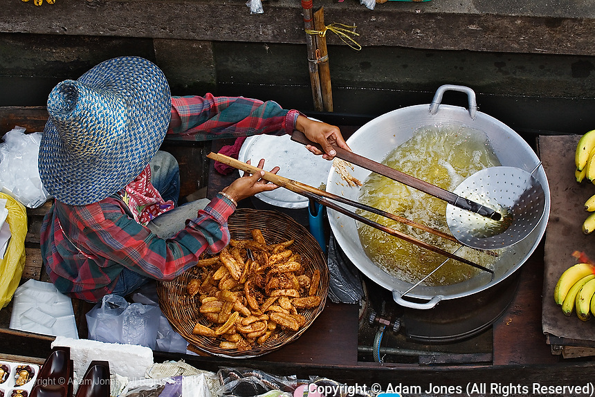 Thai man cooking, Damnoen Saduak Floating Market, Damnoen Saduak, Thailand