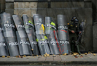 BOGOTA - COLOMBIA, 25-04-2019: Multiples enfrentamientos se presentaron en la jornada de movilizaciones en Bogotá, entre manifestantes y miembros de la policia, dejando algunos heridos y capturados. / Multiples clashes took place in the movilization in Bogota, between members of the police and protesters, leaving some inured and captured people . Photo: VizzorImage / Nicolas Aleman / Cont