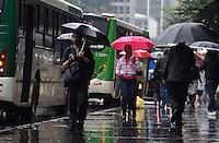 SAO PAULO, 12 DE JULHO DE 2012 - CLIMA TEMPO SP - Pancada de chuva atinge a capital, na avenida paulista, regiao central, nesta quinta feira. FOTO: ALEXANDRE MOREIRA - BRAZIL PHOTO PRESS