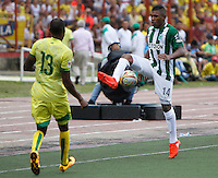 BUCARAMANGA-COLOMBIA-10-09-2016. Jair E. Palacios (Izq) jugador del Atlético Bucaramanga disputa el balón con Elkin Blanco (Der) jugador de Atlético Nacional durante partido por la fecha 11 de la Liga Águila II 2016 jugado en el estadio Alfonso López de la ciudad de Bucaramanga./ Jair E. Palacios (L) player of Atletico Bucaramanga struggles the ball with Elkin Blanco (R) player of Atletico Nacional during match for the date 11 of the Aguila League II 2016 played at Alfonso Lopez stadium in Bucaramanga city. Photo: VizzorImage / Duncan Bustamante / Cont