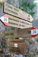 Italy, Alto Adige - Trentino (South Tyrol), Renon: signpost to the earth pyramides (Hoodoos) near Collalbo   Italien, Suedtirol (Alto Adige-Trentino), Ritten: Wegweiser zu den Erdpyramiden bei Klobenstein am Ritten