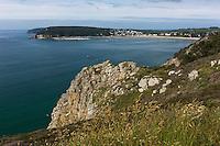 France, Bretagne, (29), Finistère, Presqu'île de Crozon, Crozon: depuis la pointe du Menhir,À droite, l'anse de Morgat et sa plage et en face la côte Est du Cap de la Chèvre avec la pointe du Kador
