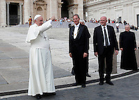 Papa Francesco saluta i fedeli al termine dell'udienza generale del mercoledi' in Piazza San Pietro, Citta' del Vaticano, 15 ottobre 2014.<br /> Pope Francis waves to faithful at the end of his weekly general audience in St. Peter's Square at the Vatican, 15 October 2014.<br /> UPDATE IMAGES PRESS/Isabella Bonotto<br /> <br /> STRICTLY ONLY FOR EDITORIAL USE