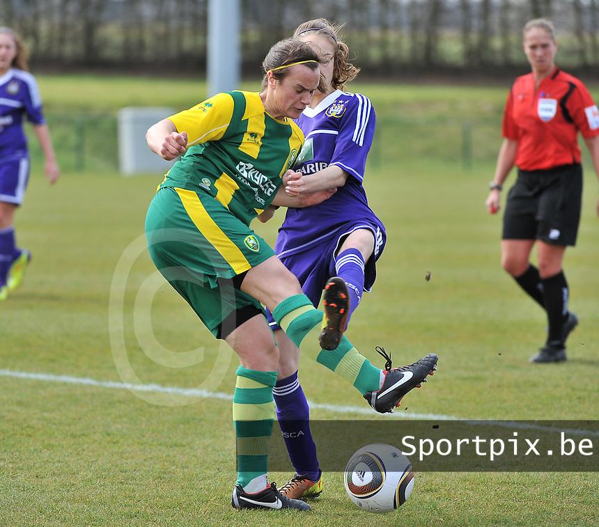 RSC Anderlecht Dames - ADO Den Haag : duel tussen Tessa Wullaert (r) en Marelle Worm.foto DAVID CATRY / Nikonpro.be