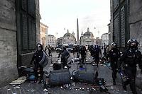 Roma, 14 Dicembre 2010.Manifestazione contro la fiducia al governo Berlusconi, scontri con la polizia, incendi e barricate