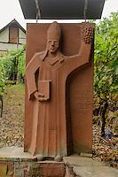 Statue St. Urban-Schutzheiliger des Weinbaus, Weinberge bei Großwallstadt,  fränkischer Rotweinwanderweg  in Unterfranken, Bayern, Deutschland
