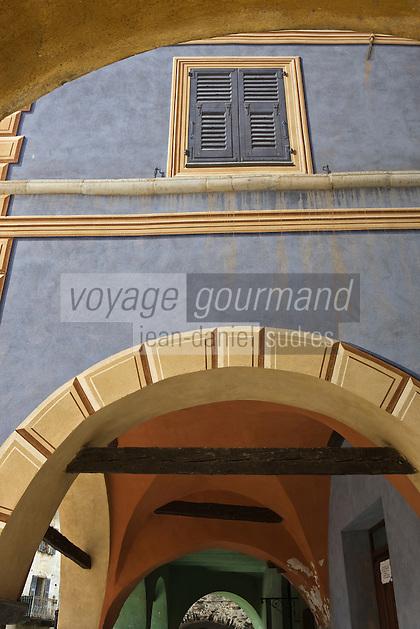 Europe/France/Provence-Alpes-Côtes d'Azur/06/Alpes-Maritimes/Alpes-Maritimes/Arrière Pays Niçois/La Brigue: les maisons à arcades du vieux village