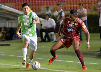 IBAGUÉ - COLOMBIA, 17-03-2018: Omar Albornoz (Der) jugador de Deportes Tolima disputa el balón con un jugador del Boyacá Chicó durante partido por la fecha 9 de la Liga Águila I 2018 jugado en el estadio Manuel Murillo Toro de la ciudad de Ibagué. / Omar Albornoz (R) player of  Deportes Tolima vies for the ball with a player of Boyaca Chico during match for date 9 of the Aguila League I 2018 played at Manuel Murillo Toro stadium in Ibague city. Photo: VizzorImage / Juan Carlos Escobar / Cont