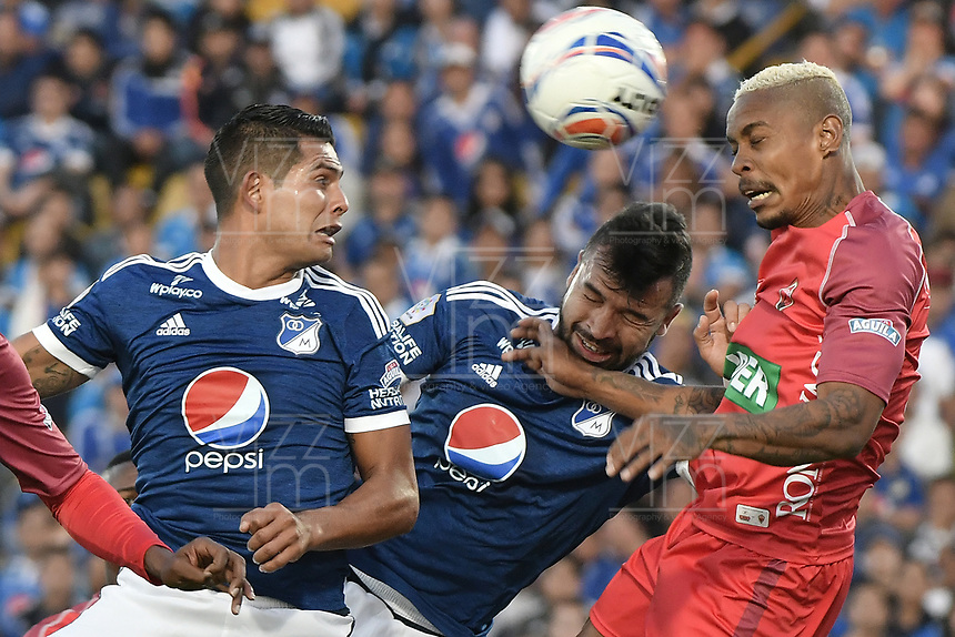 BOGOTA - COLOMBIA, 11-02-2018: David Macalister Silva (Izq) y Andres Cadavid (C) jugadores de Millonarios disputan el balón con Azmahar Ariano (Der) jugador de Patriotas Boyaca durante partido por la fecha 2 de la Liga Aguila I 2018 jugado en el estadio Nemesio Camacho El Campin de la ciudad de Bogotá. / David Macalister Silva (L) and Andres Cadavid (C) players of Millonarios fight for the ball with Azmahar Ariano (R) player of Patriotas Boyaca during match for the date 2 of the Liga Aguila I 2018 played at the Nemesio Camacho El Campin Stadium in Bogota city. Photo: VizzorImage / Gabriel Aponte / Staff.