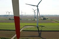 Deutschland Getreideernte und Windpark mit Vensys Windkraftanlage in Steinburg bei Glueckstadt | GERMANY grain harvest and windfarm with Vensys wind turbine
