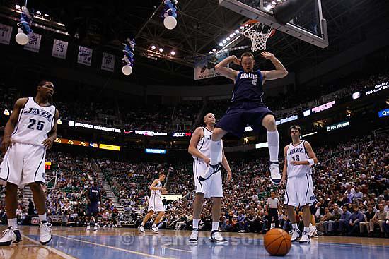 Keith Van Horn dunk. Utah Jazz vs. Dallas Mavericks, NBA basketball. 11/02/2005<br />