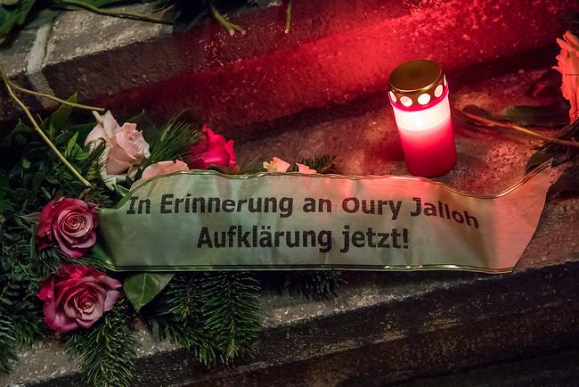 Demonstration am Sonntag den 7. Januar 2018 in Dessau anlaesslich des 13. Todestages des Sierra Leoners Oury Jalloh, der am 7. Januar 2005 unter bislang nicht geklaerten Umstaenden in einer Gewahrsamszelle in der Polizeiwache Wolfgangstrasse, bei lebendigem Leib verbrannte. Der damals wachhabende Dienstgruppenleiter wurde 2012 wegen fahrlaessiger Toetung verurteilt.<br /> Im November 2017 wurde bekannt, dass die Staatsanwaltschaft Dessau-Rosslau davon ausgeht, dass eine Selbstentzuendung durch den gefesselten Oury Jalloh unwahrscheinlich sei und stattdessen den Einsatz von Brandbeschleuniger und die Beteiligung Dritter fuer wahrscheinlich haelt. Der Staatsanwaltschaft wurde jedoch das Verfahren entzogen und an die Staatsanwaltschaft Halle uebergeben die im Oktober 2017 das Verfahren einstellte.<br /> An der Demonstration beteiligten sich ca. 3.500 Menschen.<br /> Im Bild: Blumen und Kerzen vor der Polizeiwache Wolfgangstrasse.<br /> 7.1.2018, Dessau<br /> Copyright: Christian-Ditsch.de<br /> [Inhaltsveraendernde Manipulation des Fotos nur nach ausdruecklicher Genehmigung des Fotografen. Vereinbarungen ueber Abtretung von Persoenlichkeitsrechten/Model Release der abgebildeten Person/Personen liegen nicht vor. NO MODEL RELEASE! Nur fuer Redaktionelle Zwecke. Don't publish without copyright Christian-Ditsch.de, Veroeffentlichung nur mit Fotografennennung, sowie gegen Honorar, MwSt. und Beleg. Konto: I N G - D i B a, IBAN DE58500105175400192269, BIC INGDDEFFXXX, Kontakt: post@christian-ditsch.de<br /> Bei der Bearbeitung der Dateiinformationen darf die Urheberkennzeichnung in den EXIF- und  IPTC-Daten nicht entfernt werden, diese sind in digitalen Medien nach &sect;95c UrhG rechtlich geschuetzt. Der Urhebervermerk wird gemaess &sect;13 UrhG verlangt.]
