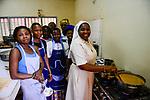 BURKINA FASO , Bobo Dioulasso, Good Shepherd Sisters / Die Schwestern vom Guten Hirten, SR. YVONNE CLEMENCE BAMBARA mit Maedchen in Kueche des Restaurants LE YÉLÉMANI