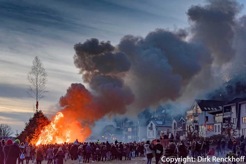 Rauchwolken beim Osterfeuer, Feuer Viereck, in Hamburg Blankenese, Deutschland<br /> clouds of fume at Easter bonfire, bonfire Viereck, in Hamburg Blankenese, Germany, Europe