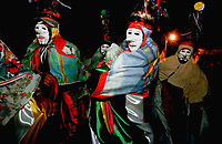 Pierrots do grupo boi Tinga saem dançando pelas ruas da cidade a noite, quando encontram outro grupo encenam uma rivalidade entre os bois. A festa é conhecida como Boi de Máscaras. São Caetano de Odivelas - Pará- Brasil<br />24 a 27/06/2000.<br />©Foto: Paulo Santos/ Interfoto<br />Negativo Cor 135 Nº7529 T1 F E