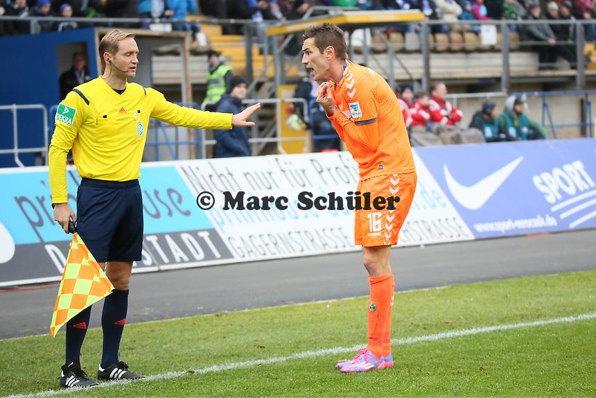 Fuerth kann das aberkannte Tor nicht fassen, Goran Sukalo beschwert sich bei Thomas Münch - SV Darmstadt 98 vs. SpVgg. Greuther Fuerth, Stadion am Boellenfalltor