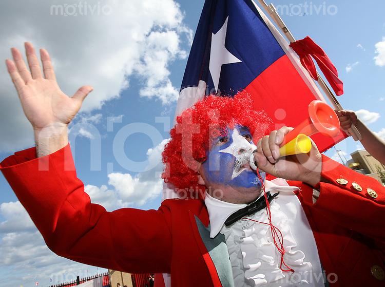 Fussball International U 20 WM  Ein Fan aus Chile feiert.