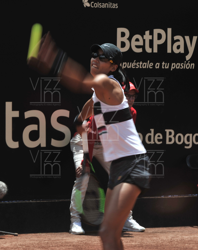 BOGOTÁ-COLOMBIA, 14-04-2019: Astra Sharma (AUS), se prepara para servir Amanda Anisimova (USA), durante partido por la final del Claro Colsanitas WTA, que se realiza en el Carmel Club en la ciudad de Bogotá. / Astra Sharma (AUS), prepares to serves to Amanda Anisimova (USA), during a match for the final of the WTA Claro Colsanitas, which takes place at Carmel Club in Bogota city. / Photo: VizzorImage / Luis Ramírez / Staff.