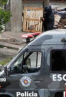 SAO PAULO, SP, 06 DE FEVEREIRO DE 2012 - AMEACA GRANADA ZONA LESTE - Dois homens foram presos suspeitos de utilizar uma granada para assaltar um estabelecimento comercial na Zona Leste de São Paulo na tarde desta segunda-feira (6), de acordo com informações da Polícia Militar. A prisão dos suspeitos ocorreu na Rua Paranaubis, esquina com a Rua São Raimundo, no Parque São Lucas, por volta das 16h. Segundo a PM, a ocorrência será registrada no 42º Distrito Policial, do Parque São Lucas. O GATE está no local verificando o artefato.  (FOTO: ALE VIANNA - NEWS FREE).