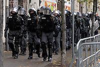 """Nazi Aufmarsch / Demo in Leipzig Ost - Leipziger verhindert den Zug durch die Stadt mit Blockade am S-Bahnhof Sellerhausen - unter dem Motto """"Leipzig nimmt Platz"""" nahmen Hunderte Leipziger an der bunten Gegenveranstaltung teil - sie schafften es den Start des Aufmarsches solange zu verhindern bis die Polizei die Kundgebung für beendet erklärte - in diesem Moment (ca. 16:40) eskalierte die Situation auf Seiten der Sympathiesanten der rechten Szene - Steine und Flaschen flogen - die Polizei bekam die Situation rasch wieder unter Kontrolle - im Bild:  Foto: Norman Rembarz..Norman Rembarz , ASV-Autorennummer 41043728 , Holbeinstr. 14, 04229 Leipzig, Tel.: 01794887569, Hypovereinsbank: BLZ: 86020086, KN: 357889472, St.Nr.: 231/261/06432 - Jegliche kommerzielle Nutzung ist honorar- und mehrwertsteuerpflichtig! Persönlichkeitsrechte sind zu wahren. Es wird keine Haftung übernommen bei Verletzung von Rechten Dritter. Autoren-Nennung gem. §13 UrhGes. wird verlangt. Weitergabe an Dritte nur nach  vorheriger Absprache.."""