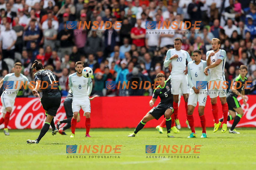 Gareth Bale of Wales scores his side&Otilde;s first goal to make the score 1-0 <br /> Lens 16-06-2016 Stade Bollaert-Delelis Footballl Euro2016 England - Wales / Inghilterra - Galles Group Stage Group B. Foto Daniel Chesterton / PHC / Panoramic / Insidefoto