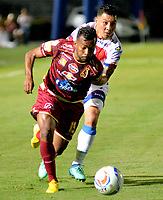 IBAGUE - COLOMBIA, 27-08-2018: Luis González (Izq.) jugador de Deportes Tolima disputa el balón con Luis Carlos Arias (Der.) jugador del Deportivo Pasto, durante partido de la fecha 6 por la Liga Aguila II 2018 entre Deportes Tolima y Deportivo Pasto, jugado en el estadio Manuel Murillo Toro de la ciudad de Ibague. / Luis Gonzalez (L) player of  Deportes Tolima vies for the ball with Luis Carlos Arias (R) player of Deportivo Pasto, during a match of the 6th date for the Aguila League II 2018, between Deportes Tolima and Deportivo Pasto, played at Manuel Murillo Toro stadium in Ibague city. Photo: VizzorImage / Juan Carlos Escobar / Cont.