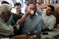 SÃO PAULO,SP,06.07.2014 - GERALDO ALCKMIN VISTORIA PQ SABESP - O governador de São Paulo Geraldo Alckmin esteve na manhã de hoje vistroiando as obras do Pq Sabesp na Mooca zona leste de São Paulo.Depois tomou um café em uma Lanchonete ao lado do  parque.(Foto Ale Vianna/Brazil Photo Press).