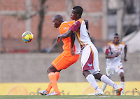 ENVIGADO -COLOMBIA-26-07-2014. John Jairo Mosquera (Izq) de Envigado FC disputa el balón con Yulian Quiñonez (Der) de Deportes Tolima durante partido por la fecha 2 de la Liga Postobón II 2014 realizado en el Polideportivo Sur de la ciudad de Envigado./ John Jairo Mosquera (L) of Envigado FC fights for the ball with Yulian Quiñonez (R) of Deportes Tolima during match for the second date of the Postobon League II 2014 at Polideportivo Sur in Envigado city.  Photo: VizzorImage/Luis Ríos/STR