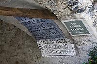 Europe/France/Provence-Alpes-Côtes d'Azur/06/Alpes-Maritimes/Alpes-Maritimes/Arrière Pays Niçois/La Brigue: Inscription en Italien sous les arcades des  maisons  du vieux village
