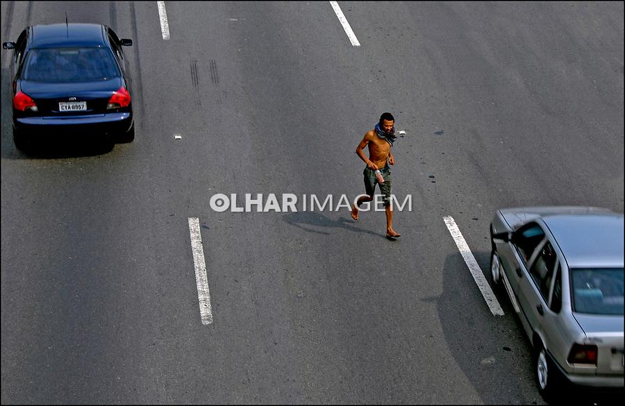 Travessia perigosa da marginal Pinheiros, Sao Paulo. 2007. Foto de Juca Martins.