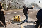 Un manifestant lance un cocktail molotov sur les forces de l'ordre  avant la manifestation du 4 avril 2009 a Strasbourg contre le sommet de l'OTAN. Le pont Vauban sera le theatre de violents accrochages pendant plus de 2 heures, la police repondant par des grenades lacrymogenes et assourdissantes aux jets de projectiles (pierres, bouteilles, cocktails molotov)..Credit;Hughes Leglise-Bataille/Julien Muguet/face to face