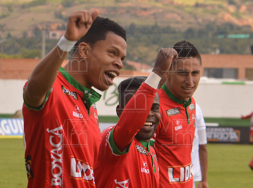 TUNJA - COLOMBIA, 3-09-2017 .Edis Ibarguen (Izq) de Patriotas de Boyacá celebra después de anotar un gol a Rionegro Aguilas durante partido por la fecha 11 de la Liga Aguila II 2017 jugado en el estadio La Independencia de la ciudad de Tunja. / Edis Ibarguen (L) of Patriotas Boyaca celebrates after scoring a goal to Rionegro Aguilas  during match for the date 11 of the Liga Aguila II 2017 played at the Independencia  Stadium in Tunja city . Photo:VizzorImage / José Miguel Palencia / Contribuidor