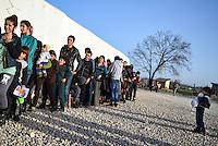 MAZEDONIEN, 01.03.2016, Gevgelija. Internationale Fluechtlingskrise auf der Balkanroute: Fluechtlinge und Migranten bei der Essensausgabe im mazedoischen Transit- und Registrierungslager an der Grenze zu Griechenland. | International refugee crisis on the Balkan route: Refugees and migrants waiting for food handouts at the Macedonian transit and registration camp on the border to Greece.<br /> © Tomislav Georgiev/EST&OST