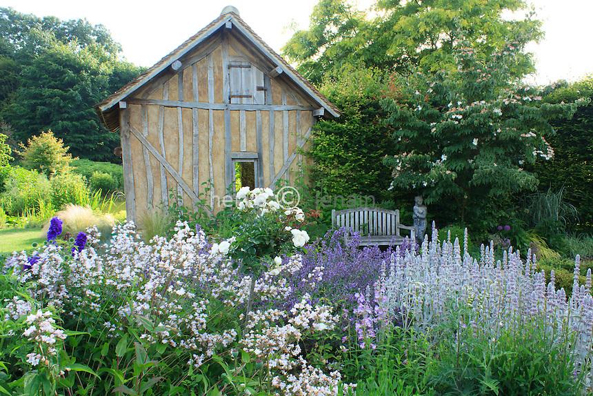 """Jardins du pays d'Auge (mention obligatoire dans la légende ou le crédit photo):.jardin """"le repos du jardinier"""" avec 4 carrés bordés de buis et des massifs à dominantes bleues et blanches de"""