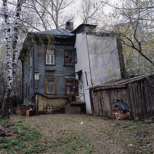 Eine Dokumentation von Häusern in Nizhni Nowgorod, die in sich zusammenfallen / A documentation of decaying houses in Nizhny Novgorod.