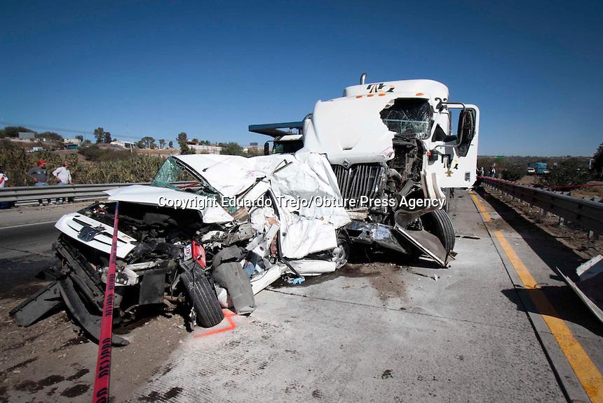 San Juan del Río, Qro. 18 febrero 2016.- Se registraron múltiples choques automovilísticos con un saldo de 3 personas muertas, además de 5 lesionados y 9 vehículos involucrados, todo en un lapso menor a una hora y en un tramo menor a 10 kilómetros, a la altura de la Central Camionera y hasta la Comunidad de Loma Linda.
