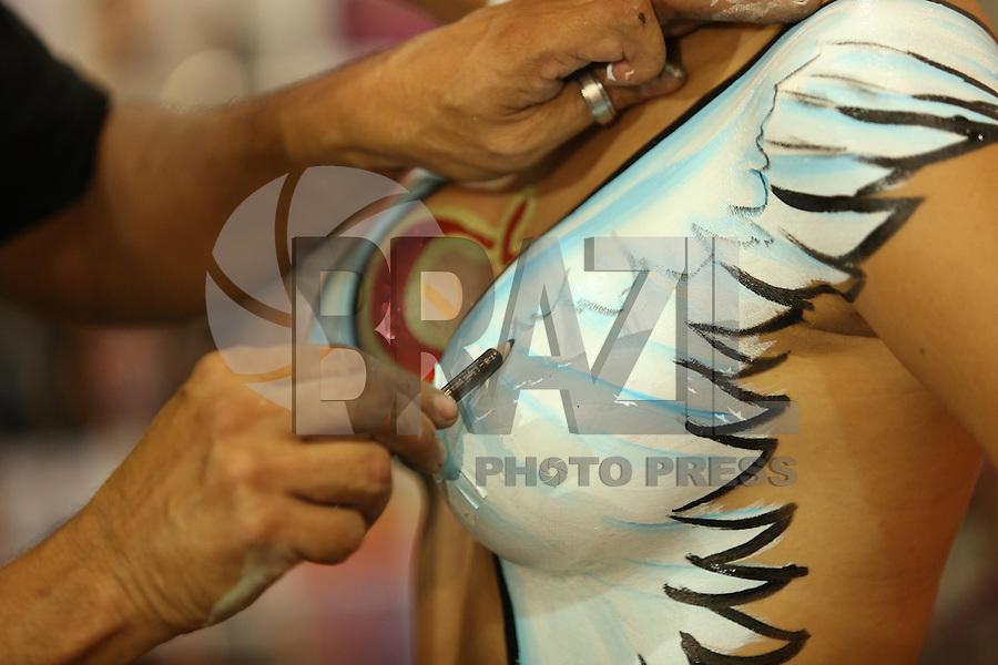 SAO PAULO, SP, 28.03.2014 - EROTIKA FAIR 2014. Modelo sendo pintada, durante  a 21 Erotika Fair - Feira Internacional de Produtos e Serviços do Mercado Adulto. A feira acontece de 27 a 30 de março no centro de Exposicoes Imigrantes, na zona sul da capital paulista. (Foto:Andre Hänni/Brazil Photo Press)