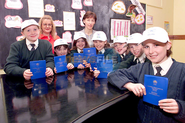 Pupils from 4th class Scoil Aonghusa who are starting to save in the Credit Union for an exchange trip to Wales. Pictured are students Ciara Ni Eabhraid, Sinead Ni Ghiolla Cheara, Emer Ni Mhaolagain, Naoise Walsh, Laura Ni Aodha, Cliona Ni Ghiobuin, Shauna Ni Dhubhghaill, Mairead Nic An Riogh, principal and Carol O'Brien from Drogheda Credit Union..Picture: Paul Mohan/Newsfile