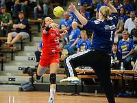 Franziska Garcia-Almendaris (TSV) wirft gegen rechts Julia Renner (VFL) im Tor