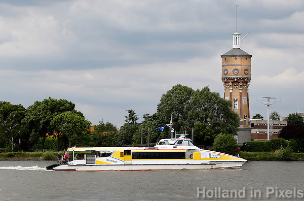 De Waterbus vaart langs de Watertoren in Zwijndrecht