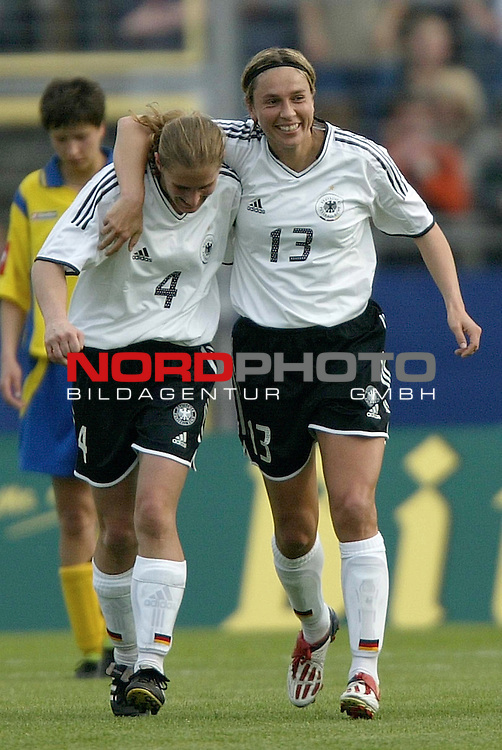 EM Qualifikation 2005 - Frauen Nationalmannschaft<br /> <br /> Deutschland vs. Ukraine<br /> <br /> Britta Carlson (links) und Sandra Minnert (rechts) von Deutschland bejubeln das Tor zum 3:0 durch Sandra Minnert.<br /> <br /> Foto &copy; nordphoto - Ruediger Lampe<br /> <br /> <br /> <br /> <br /> <br /> <br /> <br />  *** Local Caption *** Foto ist honorarpflichtig! zzgl. gesetzl. MwSt.<br /> <br />  Belegexemplar erforderlich<br /> <br /> Adresse: nordphoto<br /> <br /> Georg-Reinke-Strasse 1<br /> <br /> 49377 Vechta