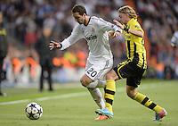 FUSSBALL  CHAMPIONS LEAGUE  HALBFINALE  RUECKSPIEL  2012/2013      Real Madrid - Borussia Dortmund                   30.04.2013 Gonzalo Higuain (li, Real Madrid) gegen Marcel Schmelzer (re, Borussia Dortmund)