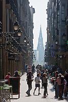 Europe/Espagne/Guipuscoa/Pays Basque/Saint-Sébastien: La Calle Mayor et au fond la Cathédrale du Bon Pasteur de style néogothique
