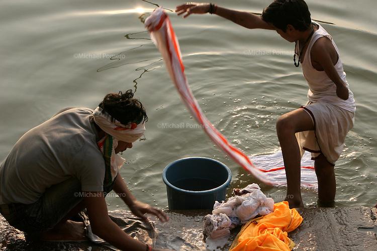 29.11.2008 Varanasi(Uttar Pradesh)<br /> <br /> Man and a young boy handicaped washing clothes in Ganga river.<br /> <br /> Homme et un jeune garcon handicapé en train de laver leur linge dans le Gange.