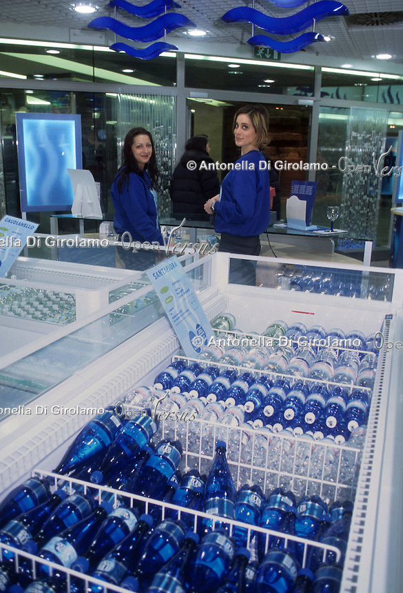 Cibi e bevande. Food and beverages. Aqua store.Negozio che vende tutti i tipi di acqua in bottiglia..Store that sells all types of bottled water....