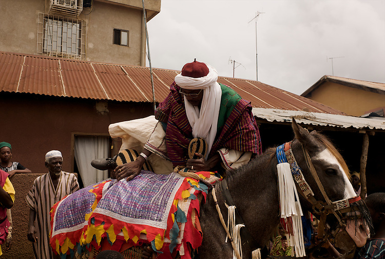 El Hadj Sani Allabulla Fouss&eacute;ni, vice-president of the horsemen's association, mounts his horse. <br />  <br /> El Hadj Sani Allabulla Fouss&eacute;ni, vic-pr&eacute;sident de l'association des cavaliers de Djougou, monte son cheval.