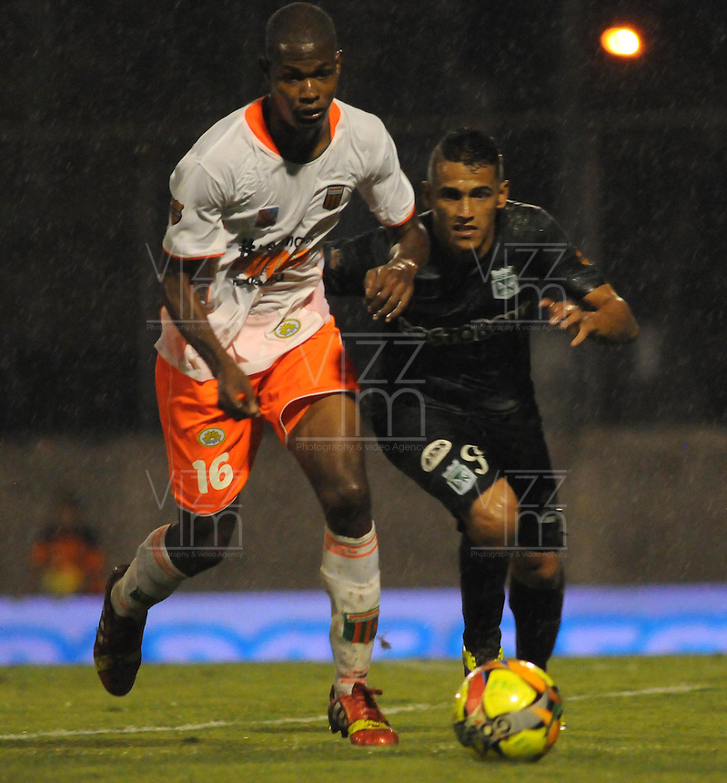 MEDELLIN -COLOMBIA-26-04-2014: Nelson Lemus (Izq) del Envigado F.C. disputa el balon contra el Atletico Nacional durante partido de los cuartos de final  de la Liga Postobon I 2014, jugado en el estadio Polideportivo Sur  de Medellin. / Nelson Lemus  (L) of Envigado F. C. dispute the ball with  Atletico Nacional player match of the quarter-finals of the League I Postobon 2014, played at the Polideportivo Sur of Medellin.. Photo: VizzorImage  / Luis Rios  / Str.